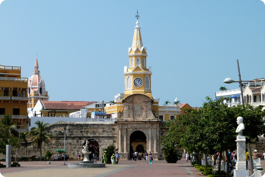 la torre del reloj y las murallas de la ciudad de Cartagena