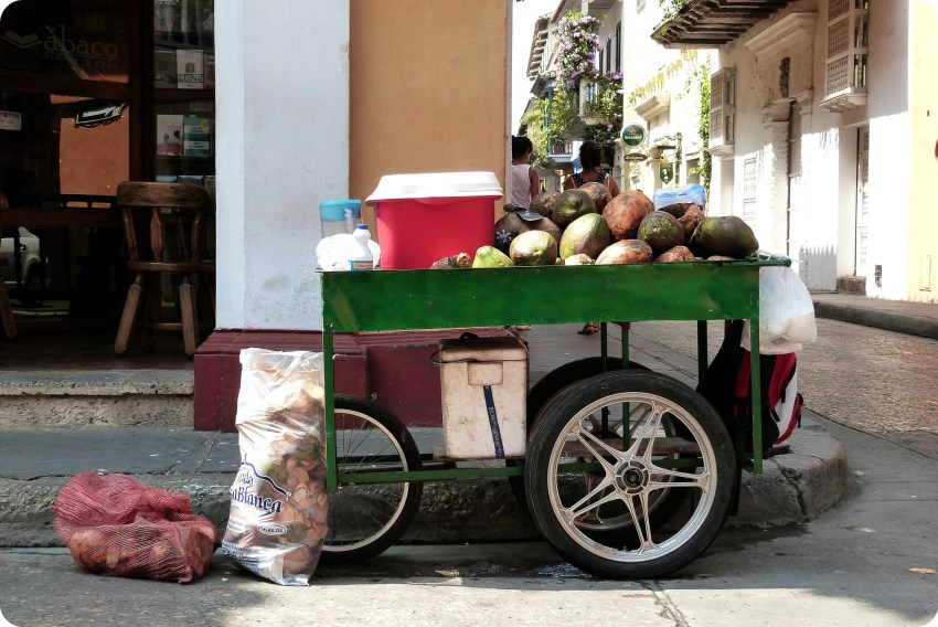 Chariot rempli de noix de coco dans une rue de Carthagène