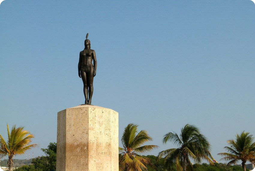 Estatua de estatura real de la India Catalina en Cartagena: una mujer indígena que está de pie, derecha, la cabeza alta