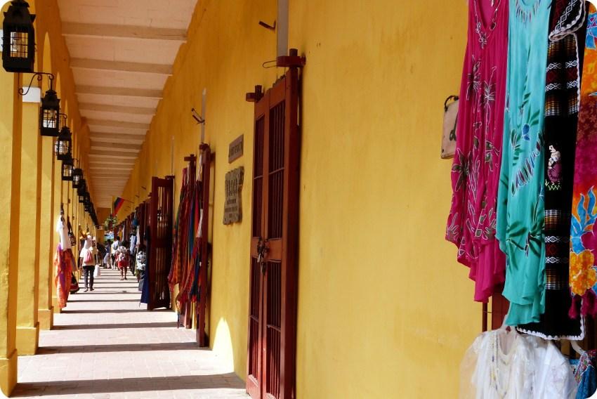 Entradas de numerosas tiendas artesanales abajo de las bóvedas construidas alrededor de la ciudad de Cartagena