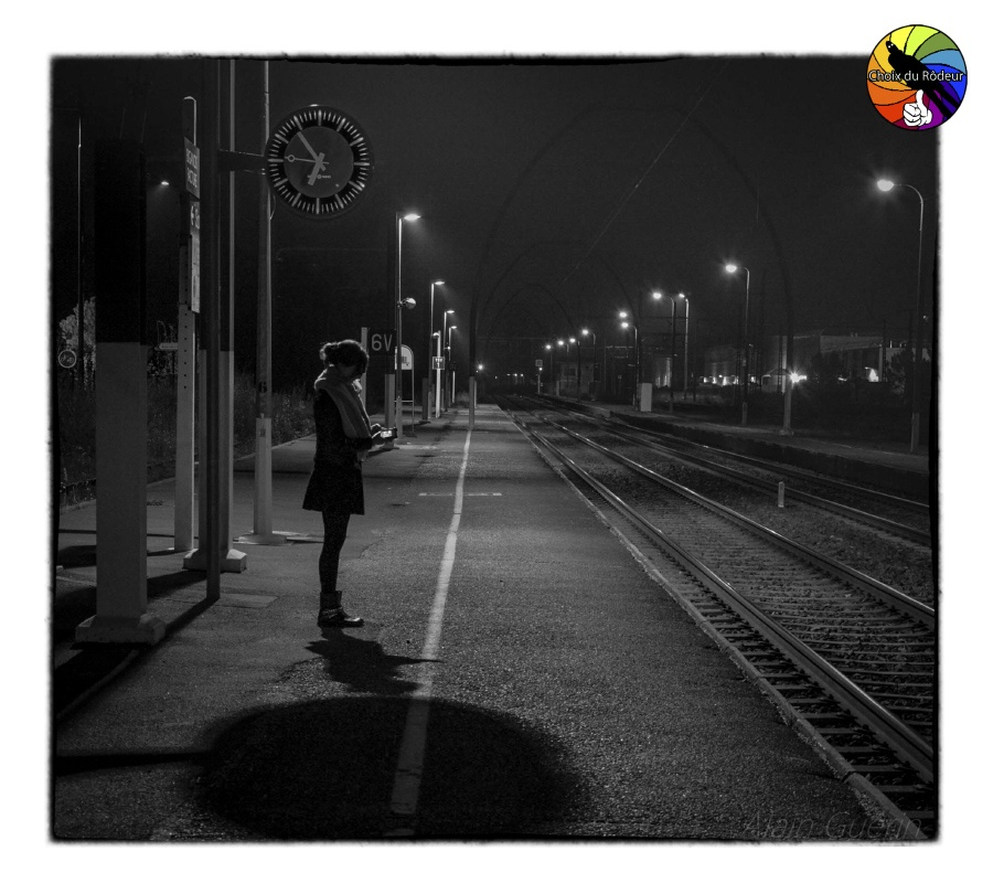 2016, forum, Instinct-Photo, photo, rôdeur, sélection, AG40, gare, nuit, attente, sms, quai, horloge, voie, femme
