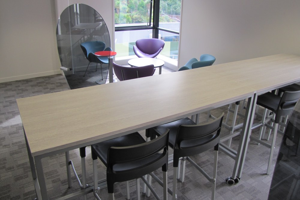 BENCH Basics Table, with DIVO Chairs and GLASS Egg Screen.