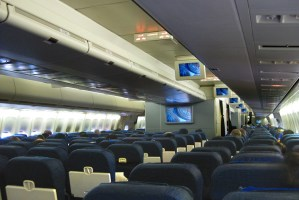 United_Airlines_B747-422_Economy_cabin.jpg