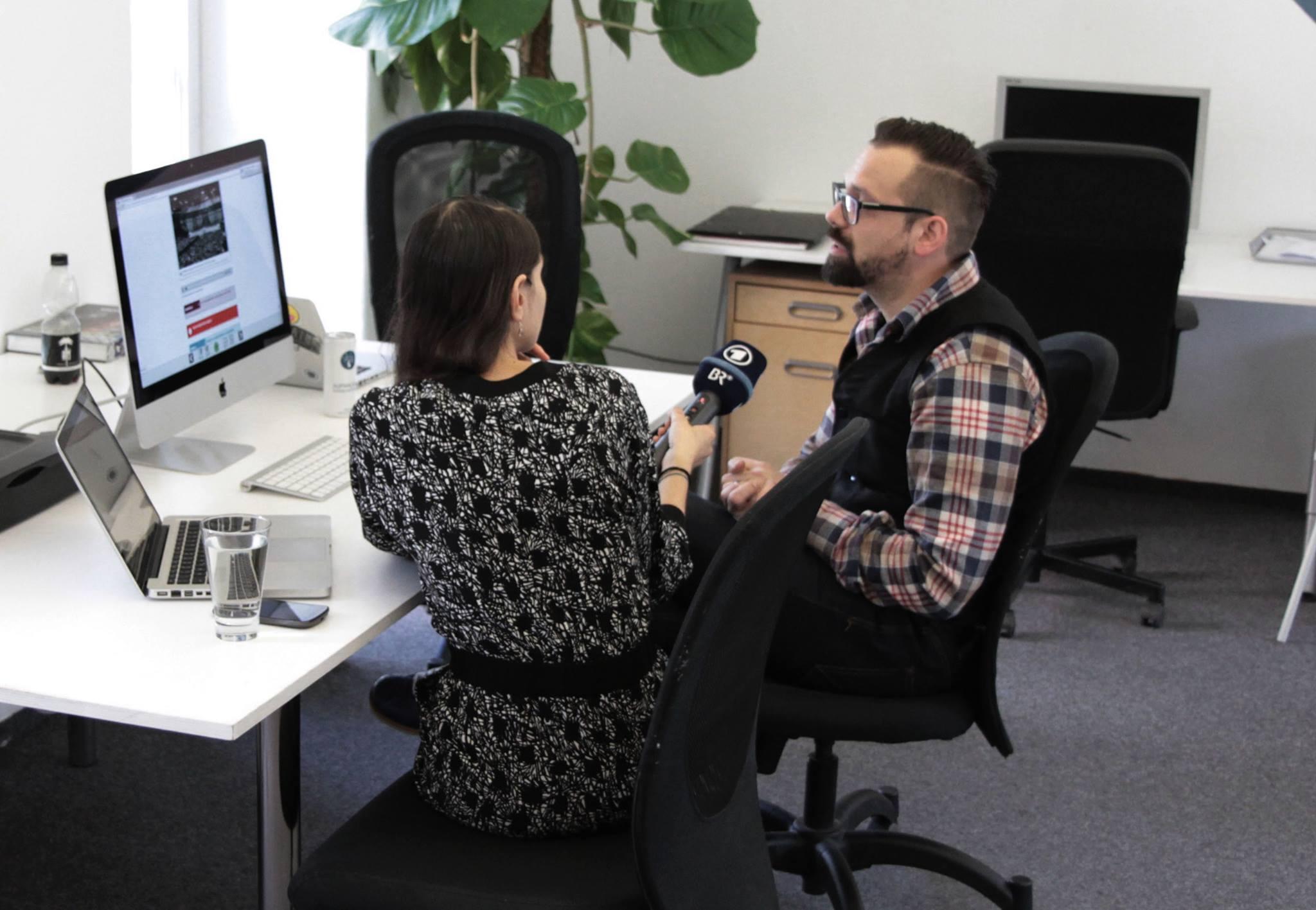 Florian Sochatzy vom Institut für digitales Lernen im Interview mit dem bayerischen Fernsehen