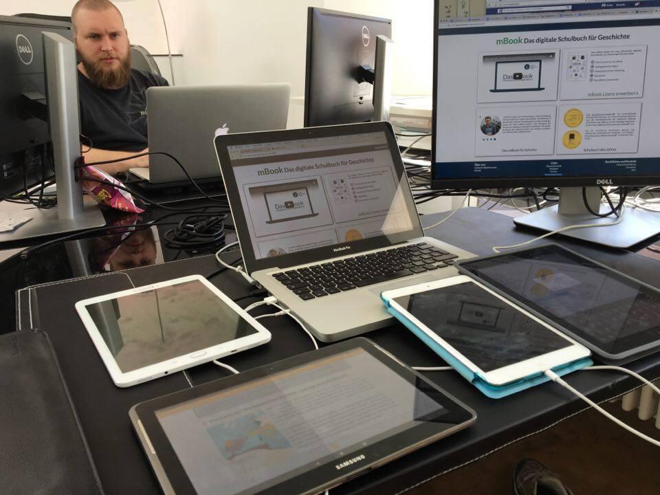 Mehrere Tablets, Computer und Smartphones sind am Institut für digitales Lernen im Einsatz um das neue mBook zu testen