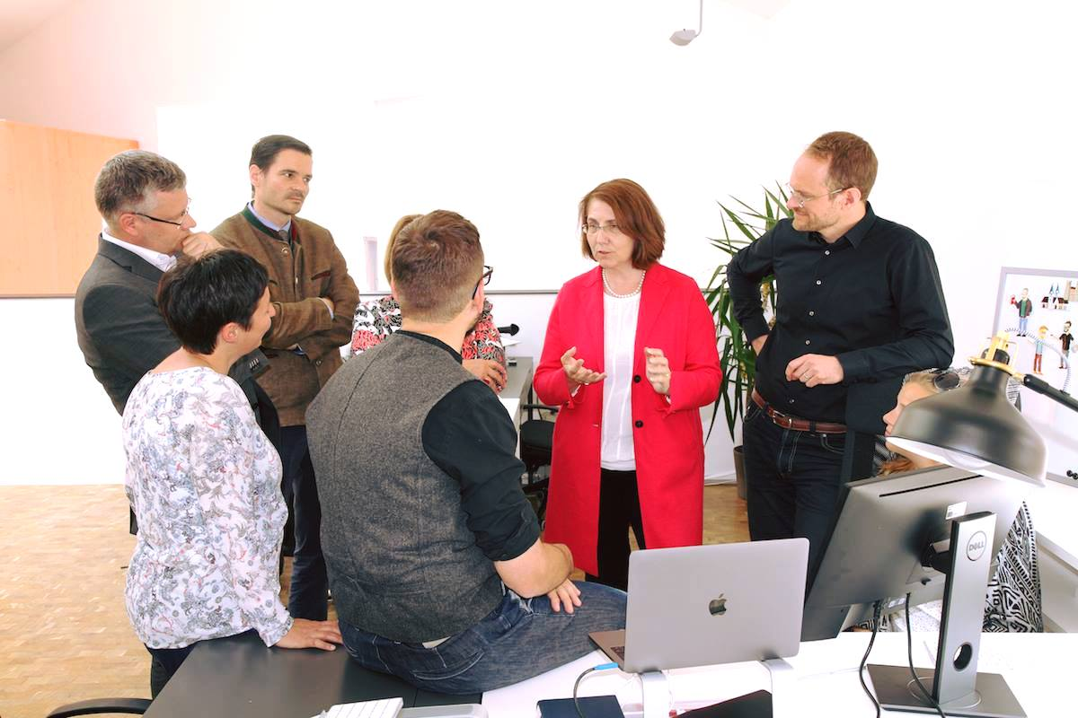 Das Team vom Institut für digitales Lernen im Gespräch mit Landtagsabgeordneter Tanja Schorer-Dremel