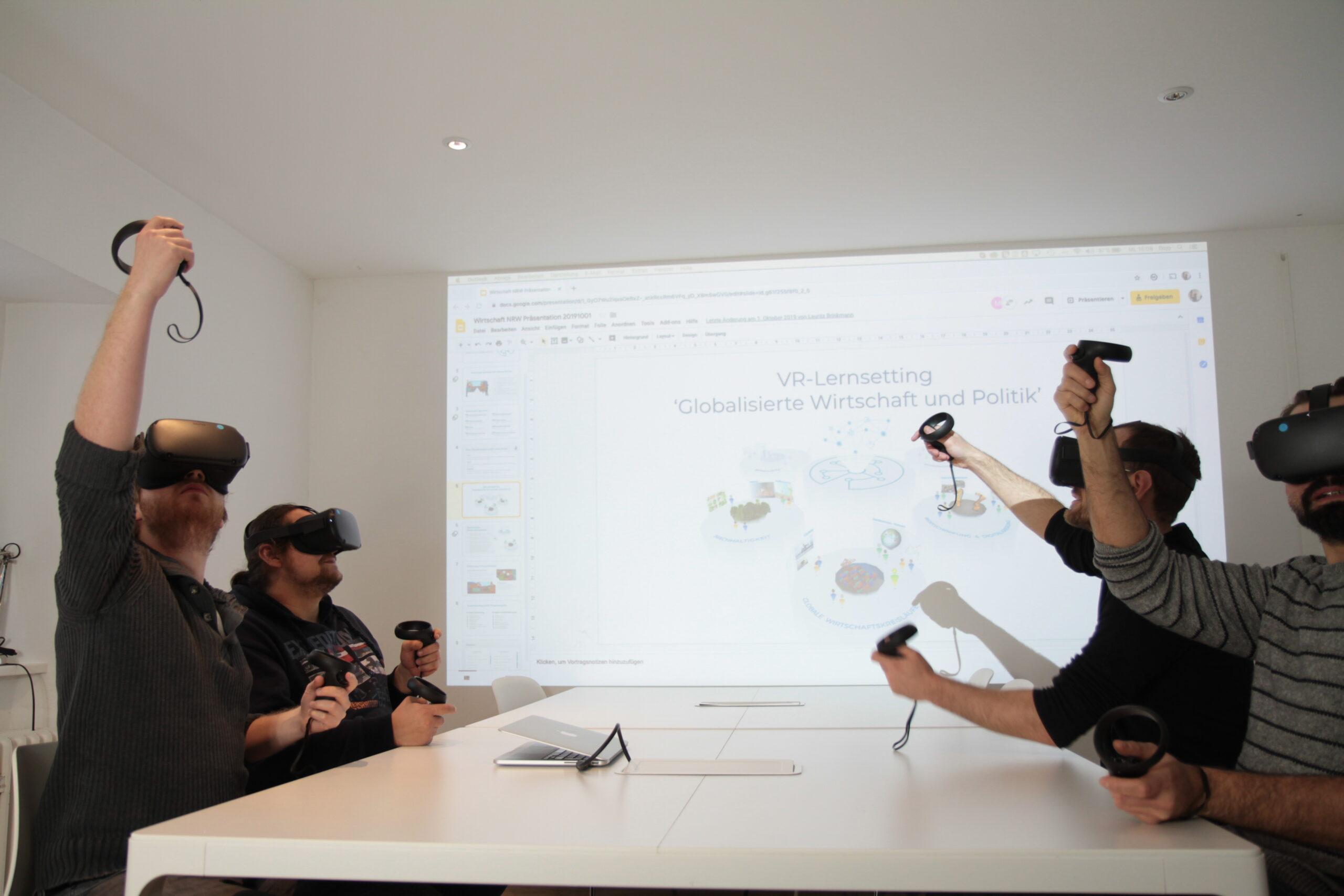 Das Team des Instituts für digitales Lernen testet eine Virtual-Reality Anwendung