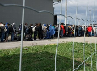 A_line_of_Syrian_refugees_crossing_the_border_of_Hungary_and_Austria_on_their_way_to_Germany._Hungary,_Central_Europe,_6_September_2015