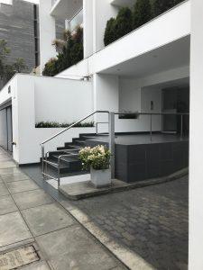 Elevador accesible para PCD en ingresos de un edificio.