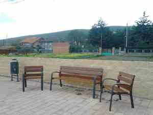 Bancas comunes para personas en un parque accesible