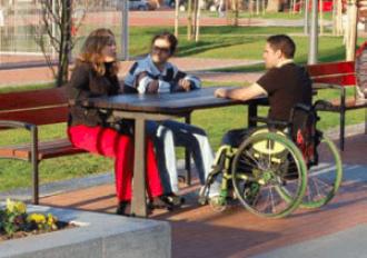 Banqueta accesible en un parque accesible