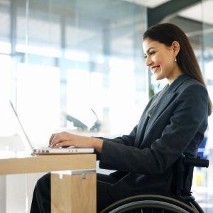 Profesional de RRHH con discapacidad y usuario de silla de ruedas