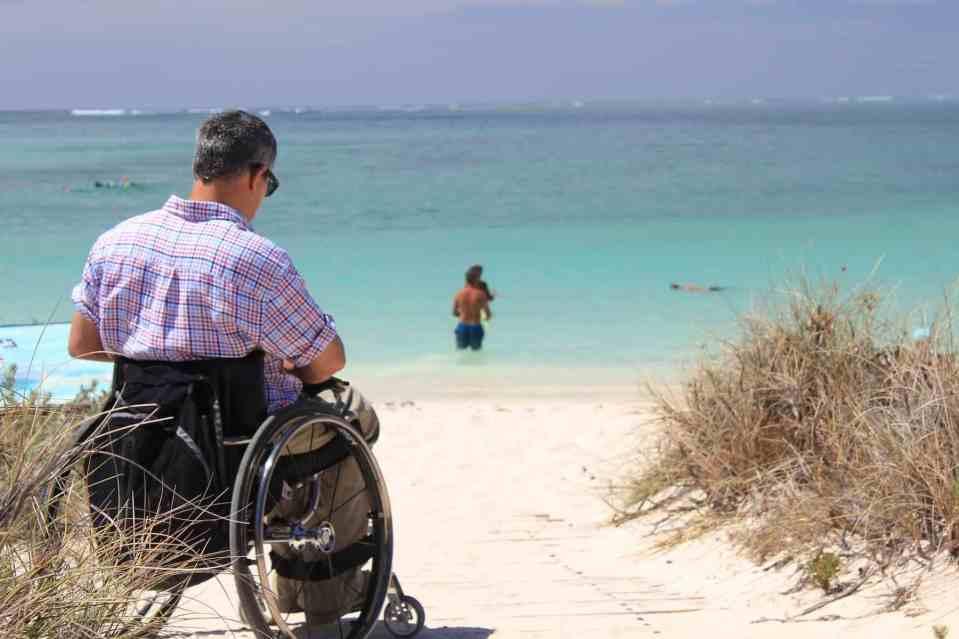 Playa no accesible, falta de caminos o rampas.