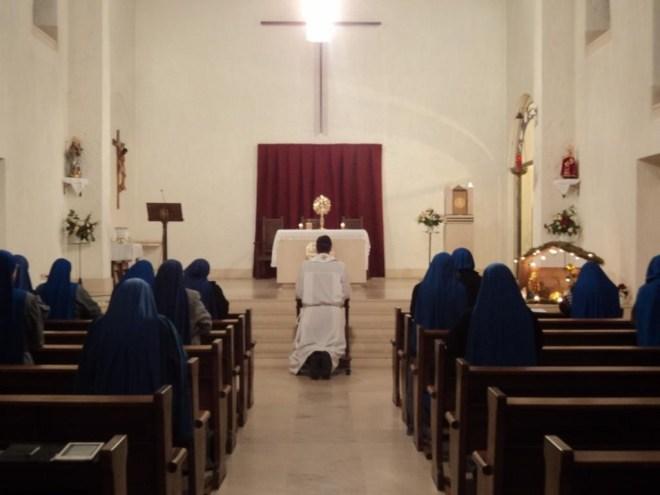Adoración en la capilla del convento