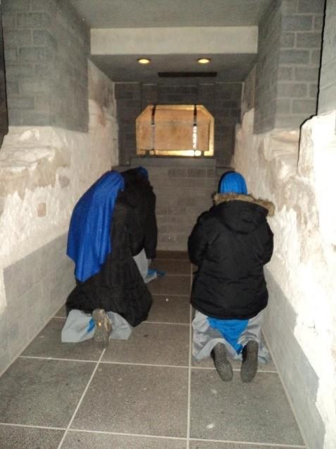 Rezando frente a la tumba de San Matías