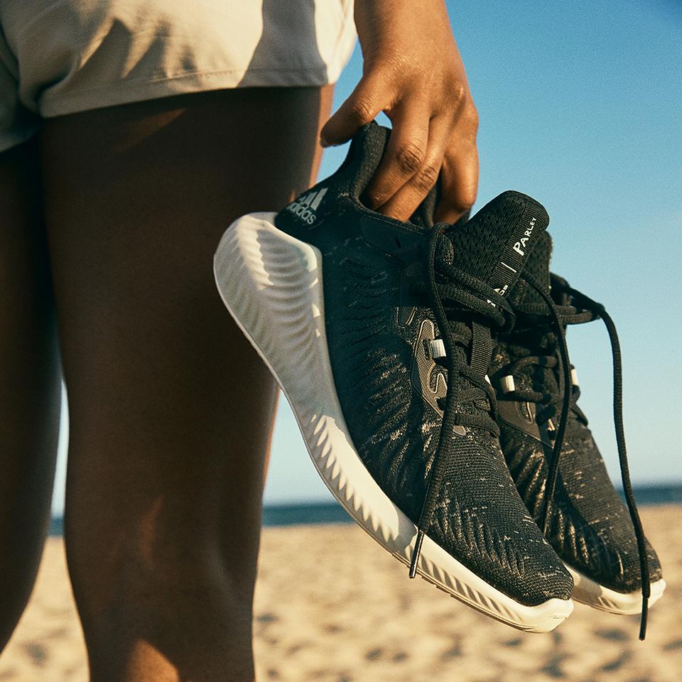 Adidas presenta una línea creada de residuos plásticos reciclados