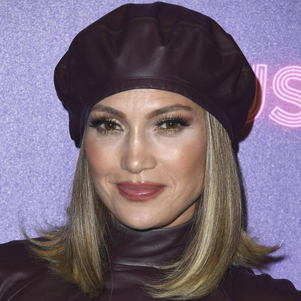 Jennifer Lopez sorprendió con otro vestido Versace (y esta vez Maluma estuvo involucrado)