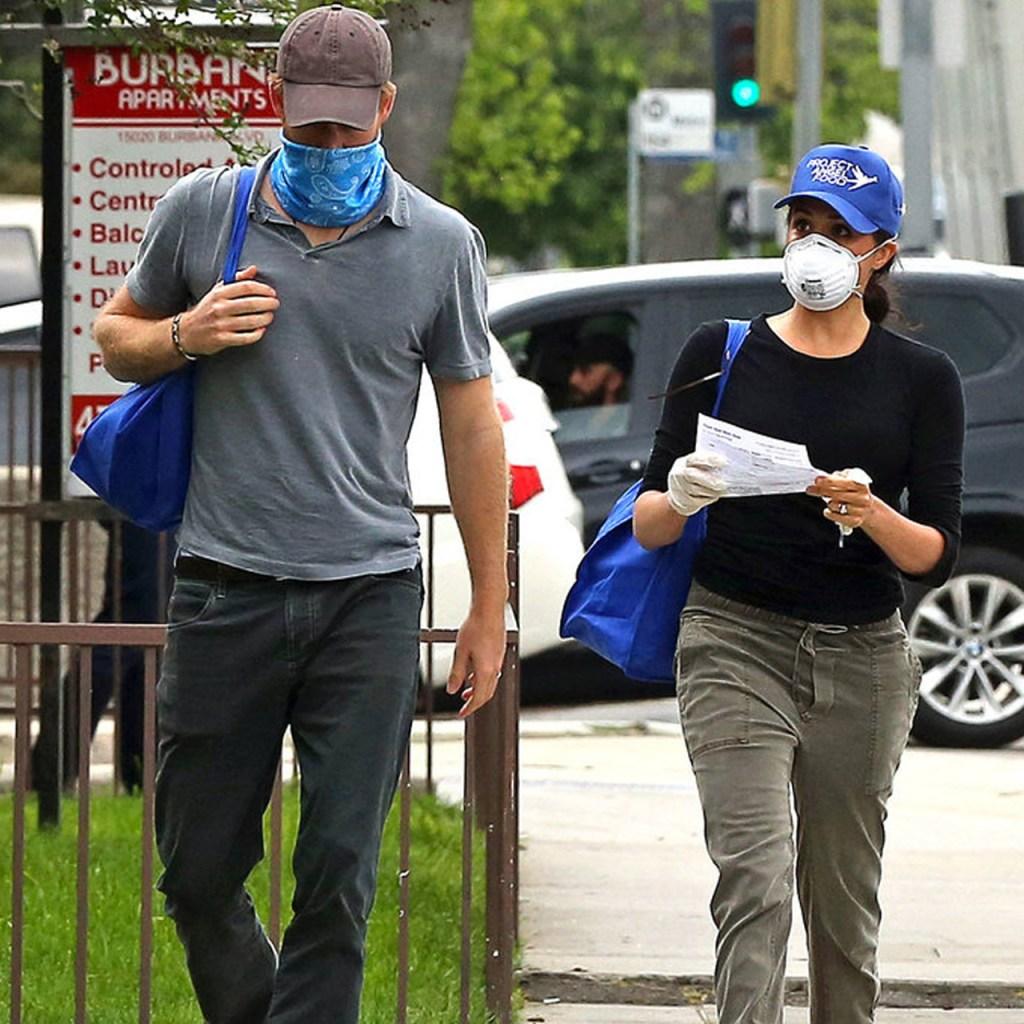 Harry y Meghan Markle caminaron como personas normales en LA mientras entregaban comida en Los Ángeles