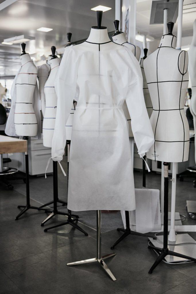 Louis Vuitton abre su taller  de prêt-à-porter para fabricar batas para hospitales
