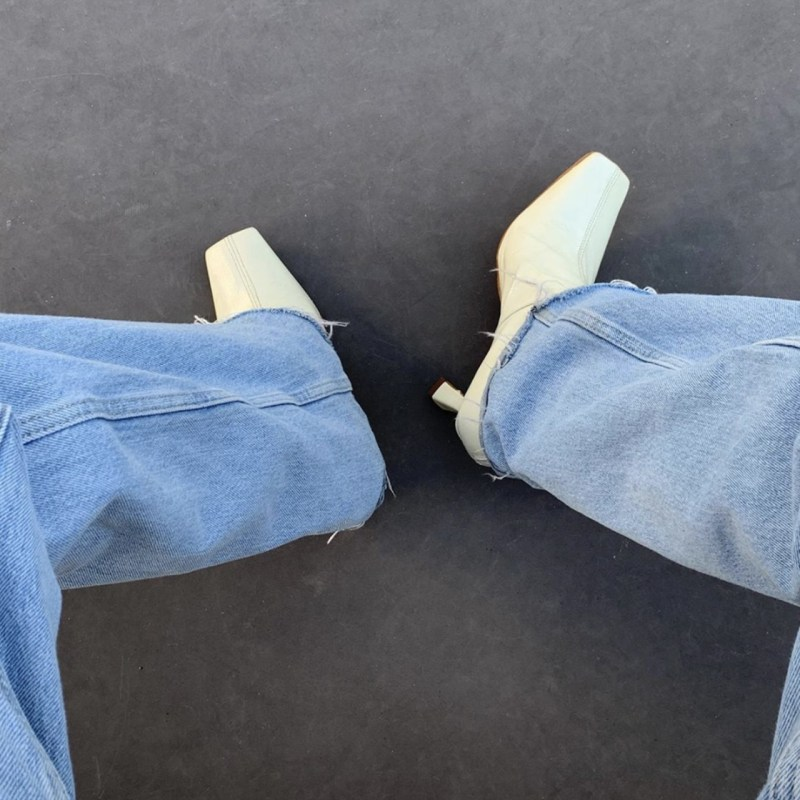 Los flare jeans están de regreso y así es cómo debes llevarlos