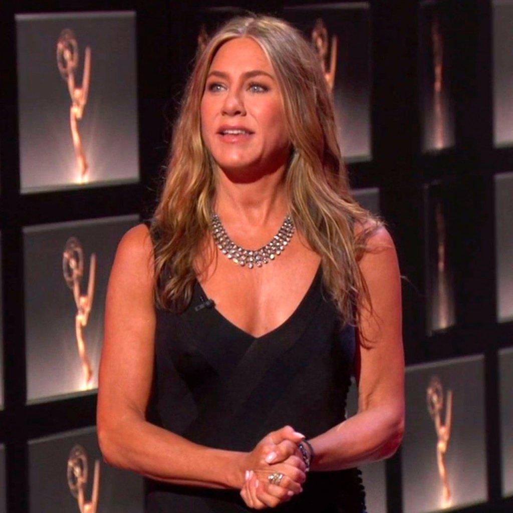 Los perritos de Jenn Aniston también se vistieron de gala para los Emmys