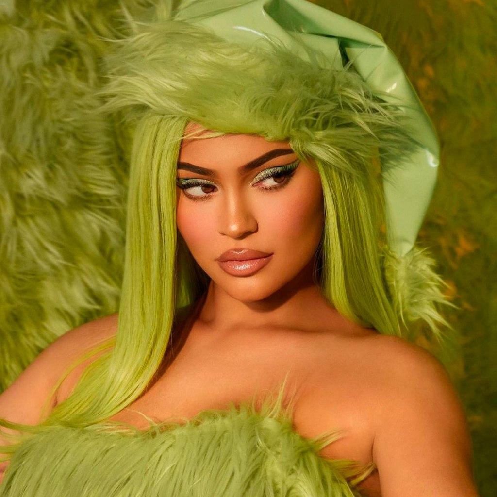 Todo lo que puedes esperar de la colección de Kylie Cosmetics X Grinch