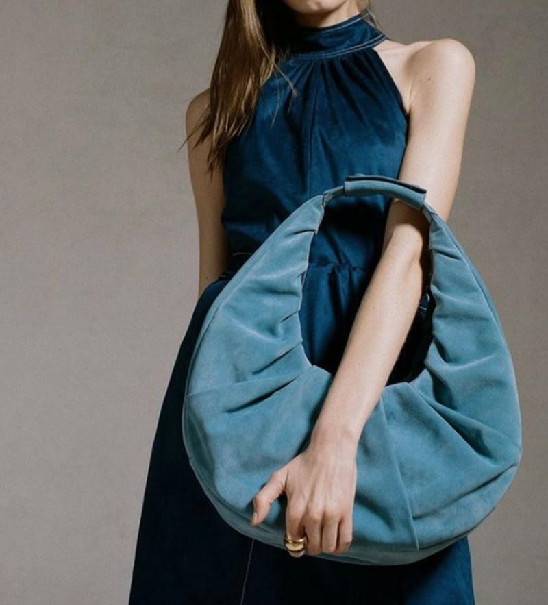 """La """"it bag"""" del momento se llama """"moon bag"""" y la necesitas ASAP"""