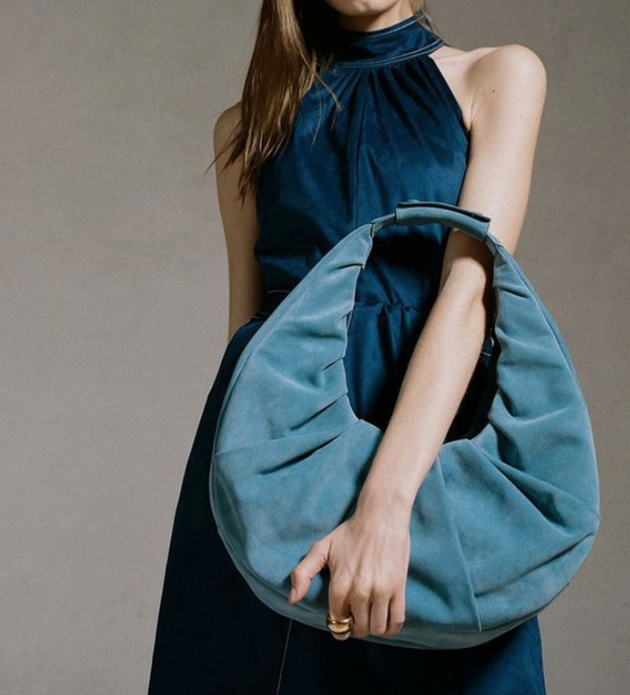 "La ""it bag"" del momento se llama ""moon bag"" y la necesitas ASAP"
