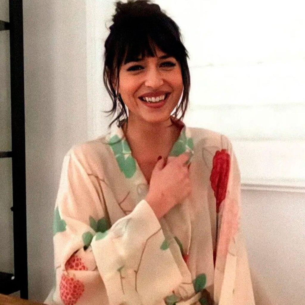 Dakota Johnson haciendo home office en una bata de seda es un #mood
