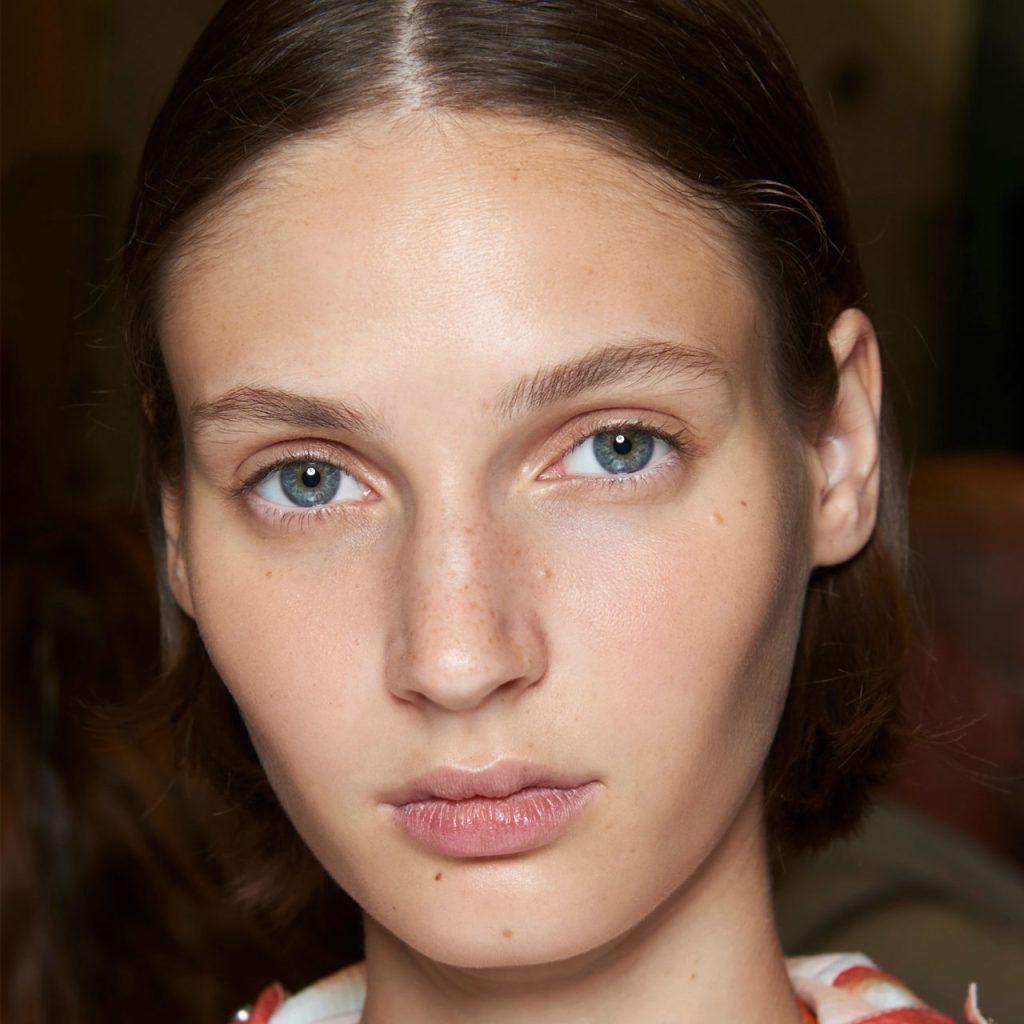 Una derma nos dice qué base de makeup también funciona como skincare