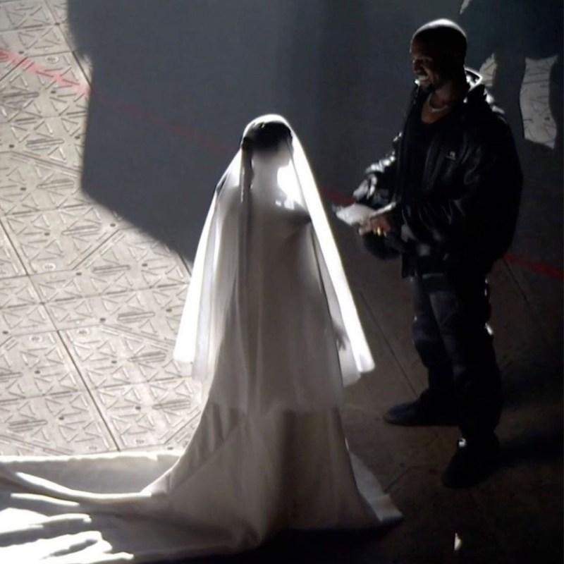 Kim Kardashian se viste de novia con un Balenciaga en el último Donda
