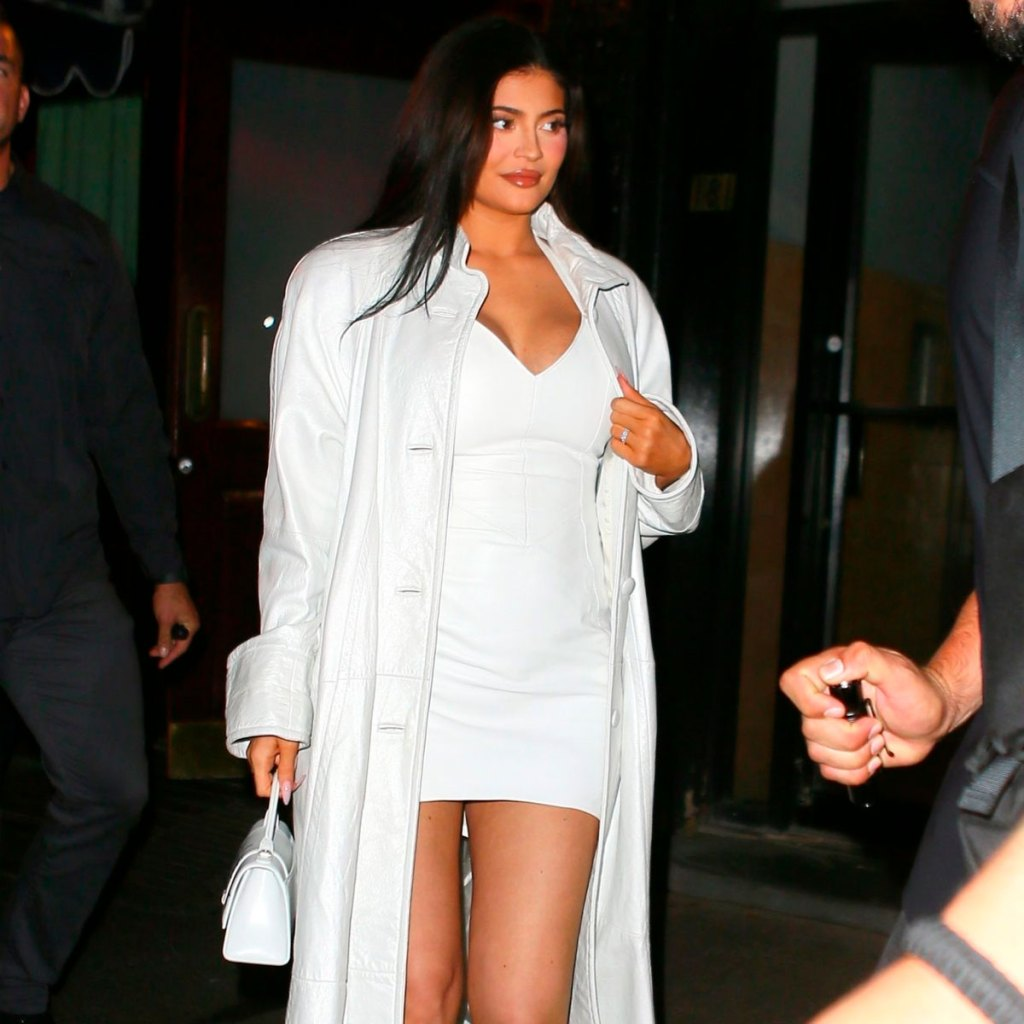 Kylie llevó un minivestido con tacones en su primer look de embarazo