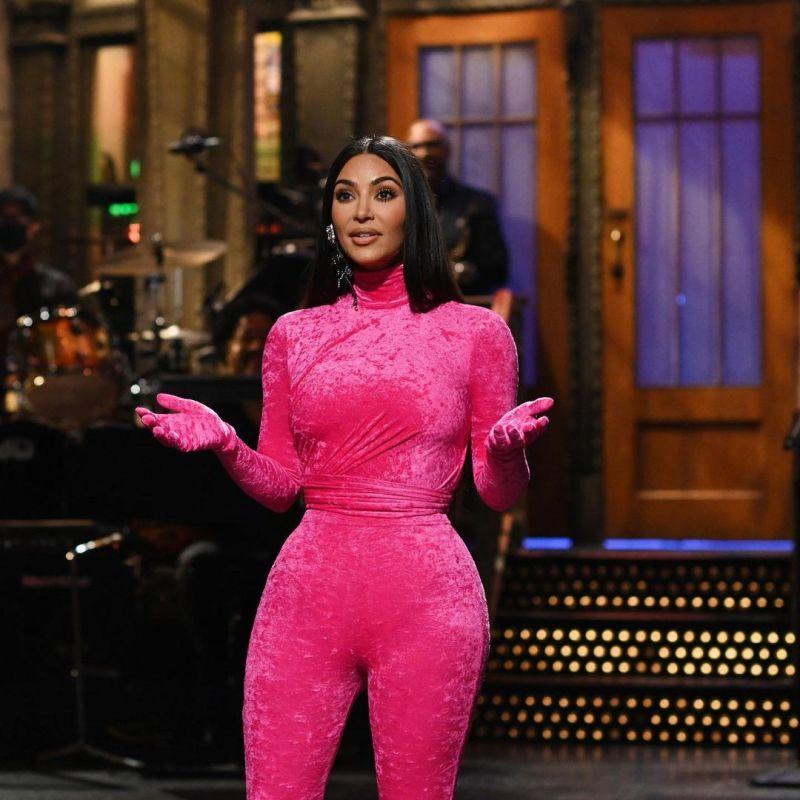 Standing ovation para… los pink looks que llevó Kim Kardashian a SNL