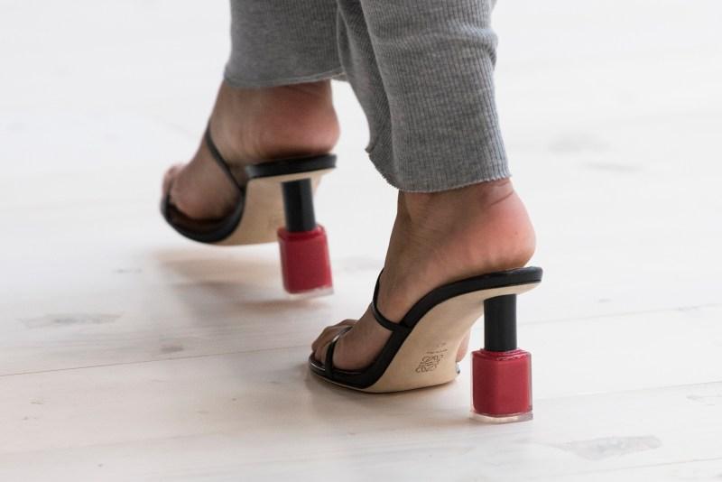 loewe zapatos tacón esmalte de uñas