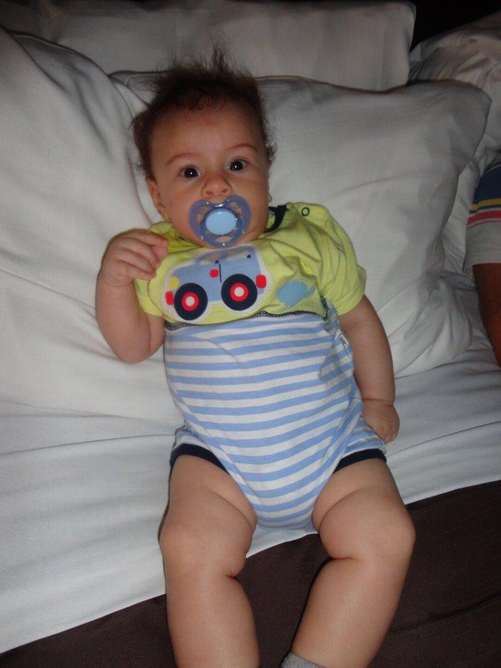 Viajar com bebê para Nova Iorque - Estêvão no conforto da cama gigante!