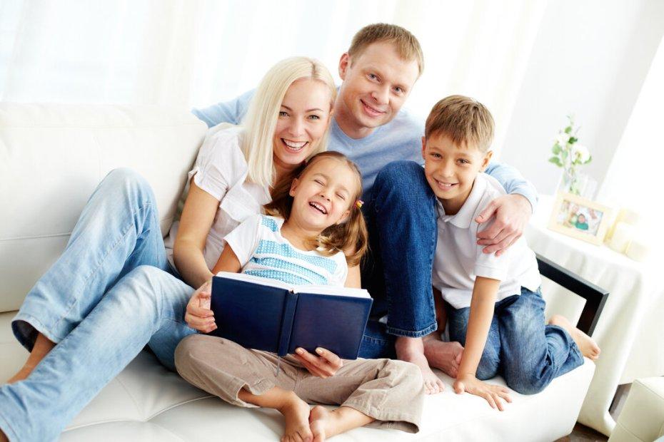 Família aprendendo sobre o amor de Jesus