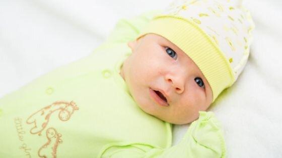 o bebê que acabou de nascer frio