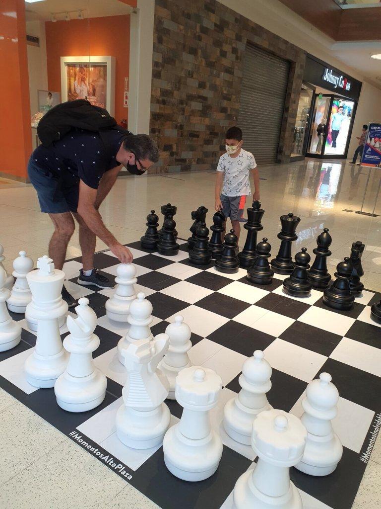Atração xadrez gigante de um shopping