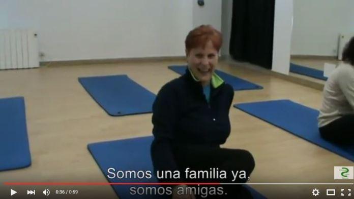 Mujer sentada sobre tapete de ejercicios