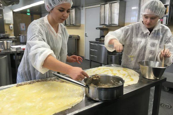 Här lagas pite me mish, en traditionell köttpaj från Kosovo.