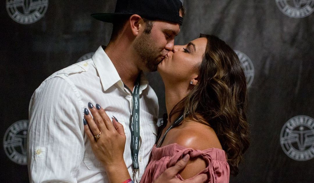 Thomas Rhett helps couple get engaged at Country Thunder Arizona