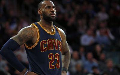 LeBron James defends Warriors' Steph Curry, blasts 'bum' Donald Trump