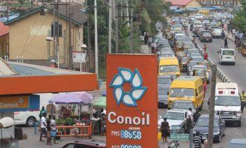 queue at petrol station as kackickwu failed Nigerians again.