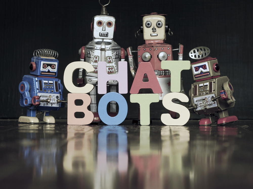 """Das Wort """"Chatbots"""" mit Retro-Robotern darumherum."""