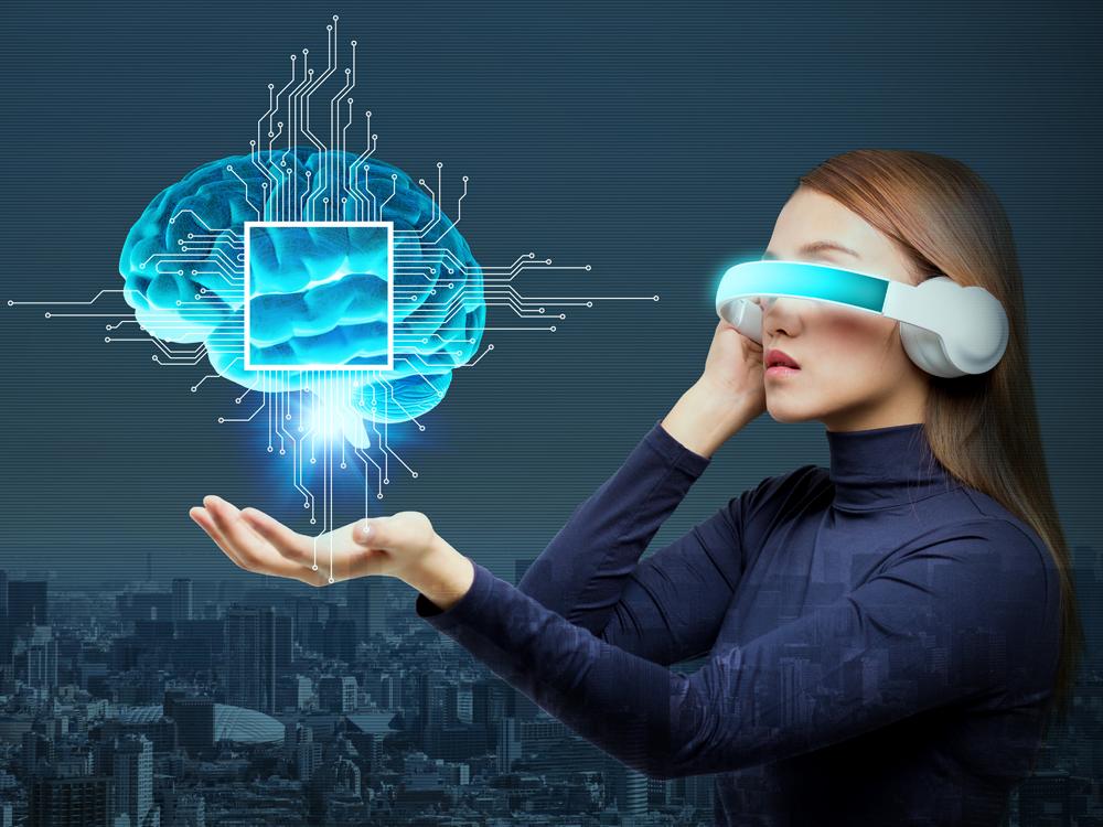 Eine Frau trägt eine futuristische AR-Brille, die ein Gehirn vor sie projiziert.