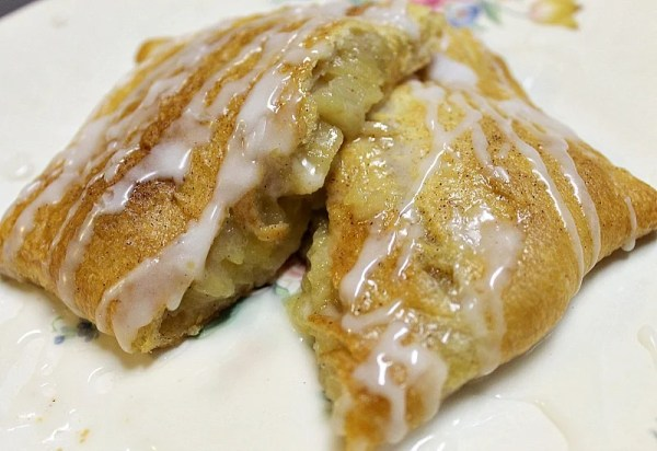 Homemade Crescent Apple Turnovers easy recipe. Delicious homemade dessert with only 4 ingredients #crescenrollrecipe #applerecipe