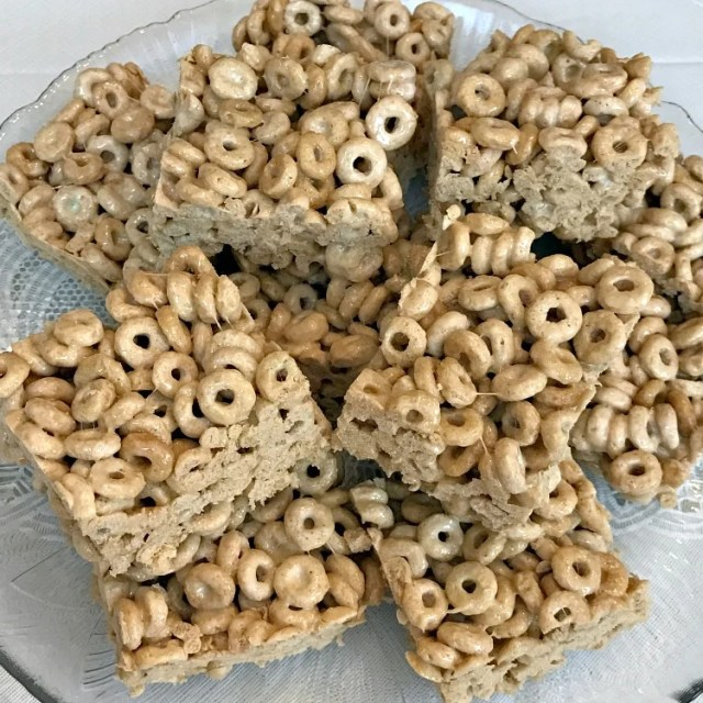 How to make Booty O Bars for your Wrestling party. The perfect dessert for your Wrestlemania party is these 3 Ingredient Toasted Oat Bars! #WWE