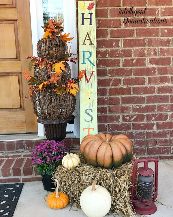 DIY HARVEST porch sign using reclaimed wood. How to make a HARVEST porch sign. Fall porch decor vignette. Fall porch decor ideas.