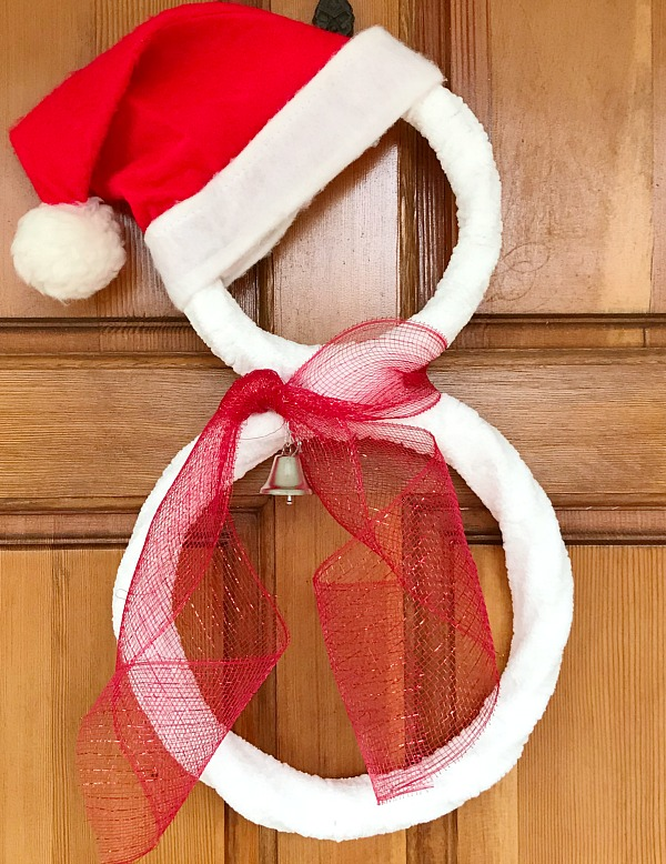 DIY Santa Hat Snowman Wreath. Super easy DIY Snowman Wreath project for the holidays. #diywreath #snowman #ChristmasWreath