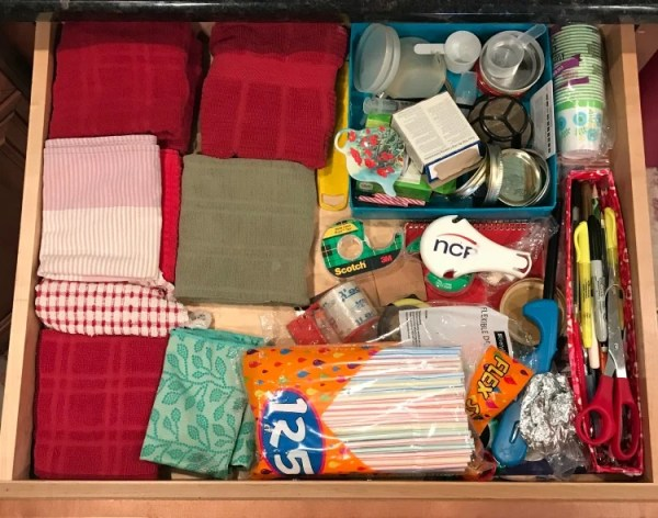 How to create a well organized junk drawer for free. How I used boxes to create an organized drawer. Cluttered kitchen drawer #drawerorganization